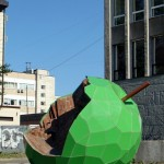 Пермь: арт-объект «Яблоко» у библиотеки им. Горького